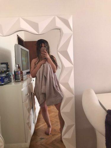 Cıvıl-cıvıl otelde buluşan kız Enise